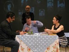 Photo : Karim Dridi Le père (Simon Abkarian), le fils (Jocelyn Lagarrigue) et la mère (Catherine Schaub-Abkarian) enfin réunis sous le regard de la grand-mère (Georges Bigot).