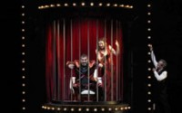 Légende photo : DR Crédit photo : Eric Cantona et Valérie Crouzet enfermés dans un castelet doré.