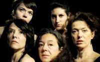 Crédit photo : Margot Simonney Laurence Février et ses cinq comédiennes brisent la loi du silence.