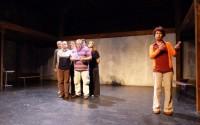 Les sept acteurs et co-auteurs de cette création collective font vivre leur ville sur le plateau.