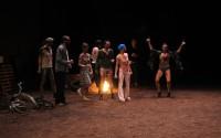 Légende : Partie de pétanque sur musique d'Avignon en ouverture des Chiens de Navarre CR : Ph.Lebruman