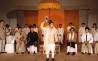 De jeunes comédiens cambodgiens s'approprient avec talent L'Histoire terrible mais inachevée de Norodom Sihanouk, roi du Cambodge.