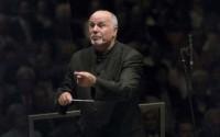 Légende : David Zinman révèle l'œuvre symphonique de Benjamin Britten à la Salle Pleyel. © Priska Ketterer