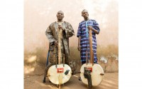 En tournée avec l'album portant leurs prénoms « Toumani & Sidiki » (World Circuit / Harmonia Mundi), les Diabaté père et fils sont aux Bouffes du Nord le 10 juin. Crédit : D.R.