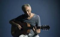 Gilberto Gil se hisse au sommet de son art lorsqu'il adopte la position acoustique. CR.DR