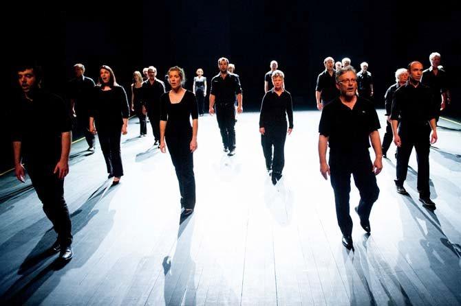 Légende : Les 24 chanteurs de l'Ensemble a capella Voix Humaines dans Chorus, de Mickaël Phelippeau. © Alain Monot