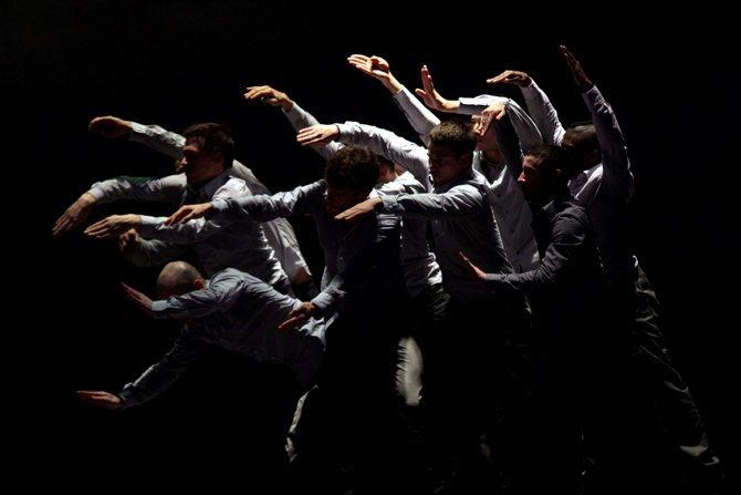 Légende : Une danse qui révèle des hommes qui dansent. © João Garcia