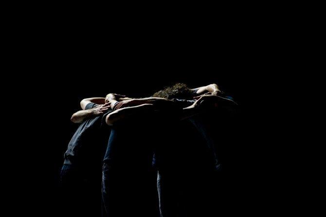 Légende : La force et l'étrangeté du « danser ensemble ». © Marc Domage