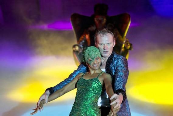 L'union de Peer Gynt et de la fille du roi des Trolls, dans la mise en scène d'Irina Brook. Crédit photo : Monika Rittershaus