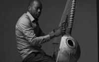 C'est en observant son père, Djélimady Sissoko, que le fils a appris à jouer de la kora. © Benoit Peverelli