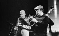 Steve Houben, ici avec son fils, est l'un des saxophonistes belges conviés pour saluer le grand pair Adolphe Sax ! © Jos Knaepen