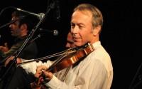Le violoniste-guitariste-banjoïste-chanteur James Leva.