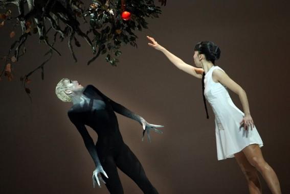 Crédit : Hans Gerritsen Légende : Un univers visuel et chorégraphique qui se déploie autour de Faust.