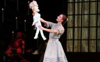 Légende : Casse-Noisette, avec Dorothée Gilbert et Mathieu Ganio. (c) Sébastien Mathé /Opéra national de Paris