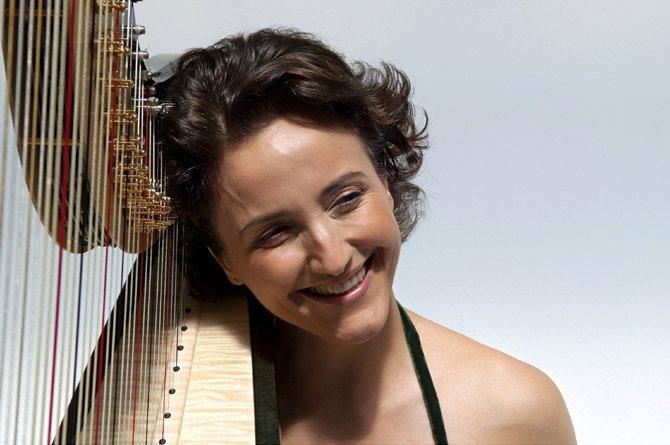 La harpiste Isabelle Moretti, soliste du Tombeau de Virgile pour harpe et orchestre de Philippe Hersant. © Eric Larrayadieu / Naïve