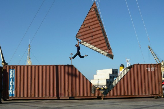 Origami de Satchie Noro, étrange et aérienne collusion entre le monde de l'art et celui de l'économie mondialisée.  © Karine Debarbarin