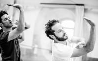 Légende : Pierre Rigal en répétition à l'Opéra pour la création de Salut. Photographie : Agathe Poupeney / Opéra national de Paris.