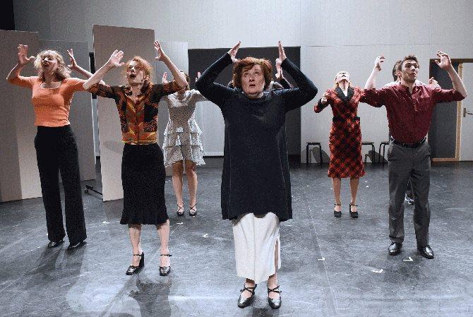 Crédit photo : Brigittte Heymann Légende photo : Les huit comédiens incarnent autant de voies possibles dans la quête du bonheur.