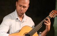"""Le guitariste Philippe Mouratoglou traverse en solo dans ses """"Exercices d'Evasion"""" les paysages musicaux les plus variés. © DR"""