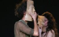 Crédit : Patrick Berger Légende : Le jeu du trouble sous le port du masque, avec Lenio Kakléa et Kerem Gelebek.