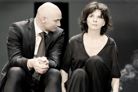 Patrick O'Kane (Créon) et Juliette Binoche (Antigone) mis en scène par Ivo van Hove. Crédit visuel : Jan Versweyveld