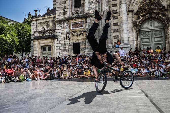 légende : L'Homme V., duo pour un danseur et un vélo. (c) Studiomarks 12