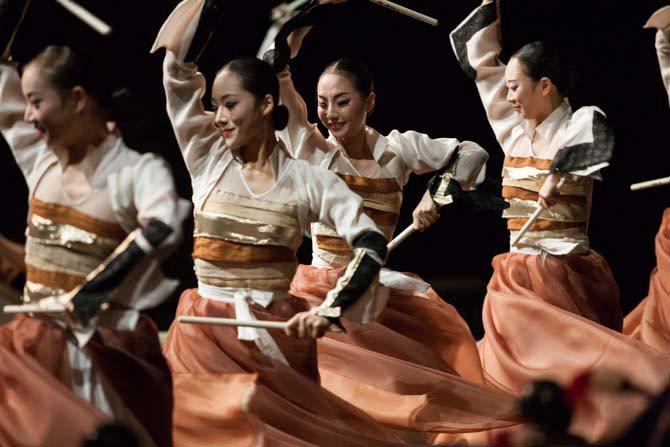 Crédit : Yang Dong Min Légende : La Compagnie Nationale de Danse de Corée en création avec José Montalvo.