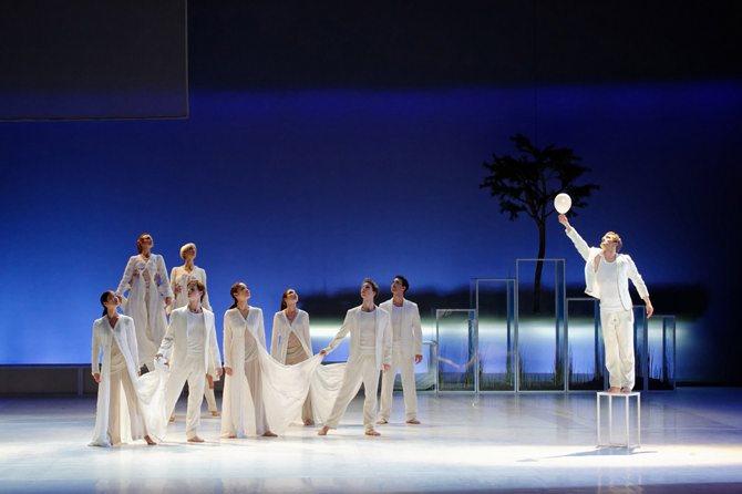 Légende : Carolyn Carlson a créé Pneuma avec le Ballet de l'Opéra National de Bordeaux, à partir de L'Air et les Songes de Bachelard © Sigrid Colomyès