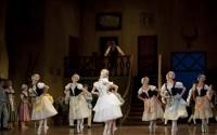Légende : Une danse joyeuse et vigoureuse. Photographie : Julien Benhamou / Opéra national de Paris