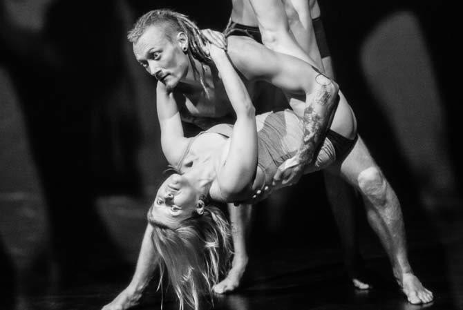© Kasia Chmura Légende : Paradise Now ? RE// MIX Living Theatre, par la Compagnie polonaise Komuna Warszawa.