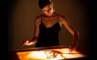DR Lorène Bihorel dessine sur sable : une performance d'un genre nouveau.