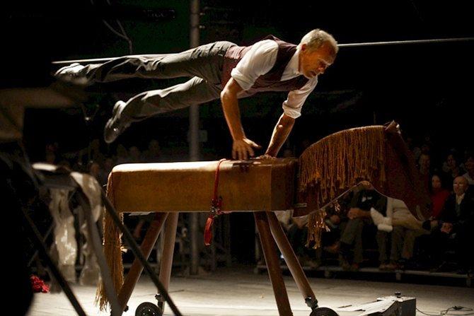 Crédit : Laurençon Légende : L'homme-cirque de David Dimitri.