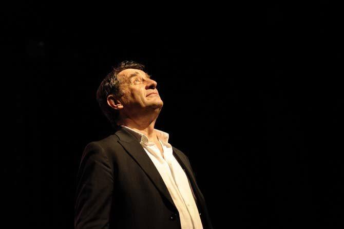 Légende : Le discret Romain Didier, pianiste, auteur, compositeur et interprète, rend hommage à Francis Lemarque avec Niobé. Crédit : Renaud Vezin