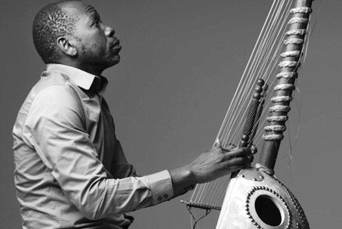 Légende : Ballaké Sissoko croisera le chemin de TM+ pour un « Voyage de l'écoute » et pour le spectacle « Counter Phrases ». © Benoit Peverelli
