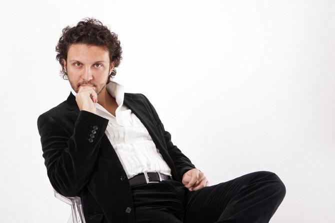 Légende : Ugo Guagliardo tient le rôle-titre de Xerse de Cavalli, dans la mise en scène de Guy Cassiers. DR