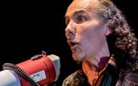 L'Odyssée ensemble & Cie conclut avec ce spectacle musical « tout public » sa « trilogie bruitiste » en éclairant avec espièglerie les prolongements de l'art du bruitage dans les différents mouvements de la musique contemporaine.