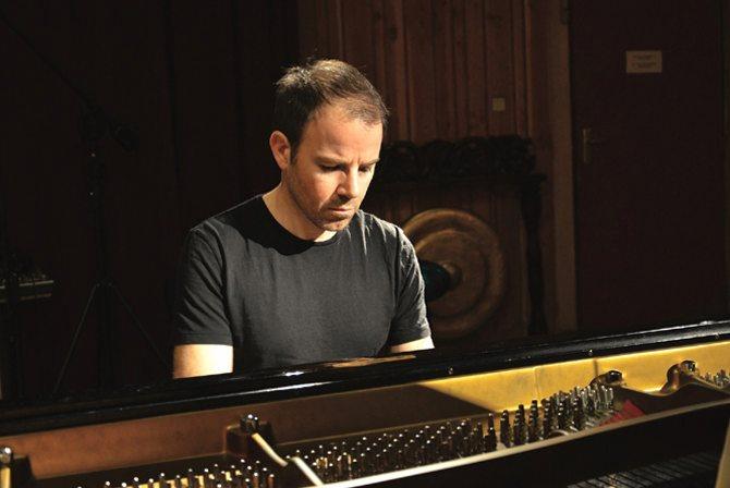 Légende : Le compositeur Samuel Sighicelli au piano. DR
