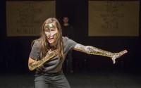 Charlotte Van Bervesselès incarne Achille dans Iliade. Crédit photo : Pauline Le Goff