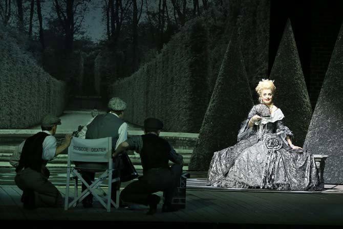 Emma Kate Nelson dans le rôle de Lina Lamont de Singin' in the Rain au Théâtre du Châtelet. © Patrick Berger
