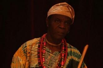 Chief Udoh rend hommage au maître Fela. © DR