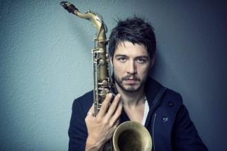 Branché sur pédale d'effets et entouré de sonorités électriques, Guillaume Perret met le jazz en fusion. © Jean-Baptiste Millot