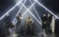 Une mise en scène tout en show et lumières. Crédit photo : Brigitte Enguerand