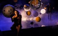 Légende photo : Jessica Vedel (La Nuit) et Kristof Langromme (Mercure) sous la voûte étoilée d'Amphitryon. Crédit photo : André Muller