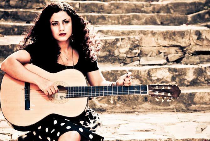 Emel Mathlouti, guitare en mains, chante la liberté et la révolte. © DR