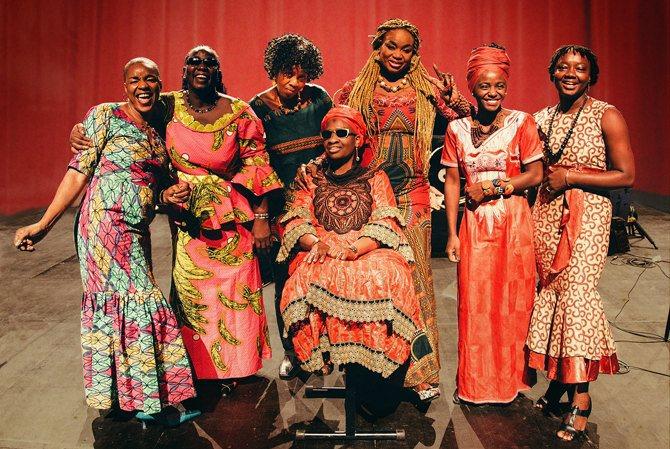 Les Amazones d'Oumou Sangaré, des femmes et hommes venus du Mali et d'ailleurs pour chanter les droits des femmes. © Lucie Sassia