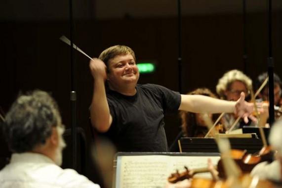 Mikko Franck, directeur musical de l'Orchestre Philharmonique de Radio-France, dirige la 3e Symphonie de Mahler en ouverture du Festival de Saint-Denis. © C. Abramowitz-RF