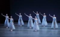 Crédit : Paul Kolnik Légende : Serenade, un des grands hits de Balanchine à revoir dans un programme très complet au Châtelet.