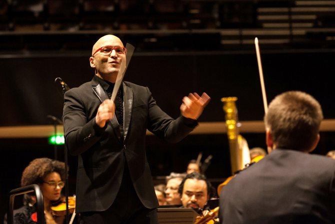 Photo de Mazzola dirigeant l'orchestre © Eric Laforgue