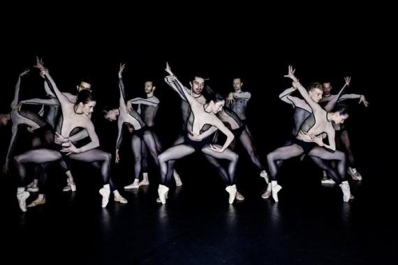 Crédit : Dominik Mentzos Légende : The Primate Trilogy de Jacopo Godani avec la Dresden Frankfurt Company ouvrira Montpellier Danse.