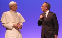 Crédit : Photo Lot Légende : Bernard Lanneau (Jean-Paul II) et Jean-Louis Cassarino (Antoine Vitez)